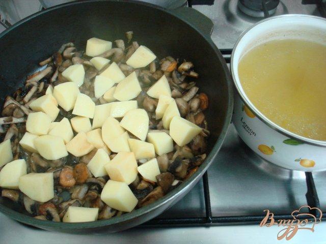 Фото приготовление рецепта: Грибной суп пюре на сковороде шаг №3