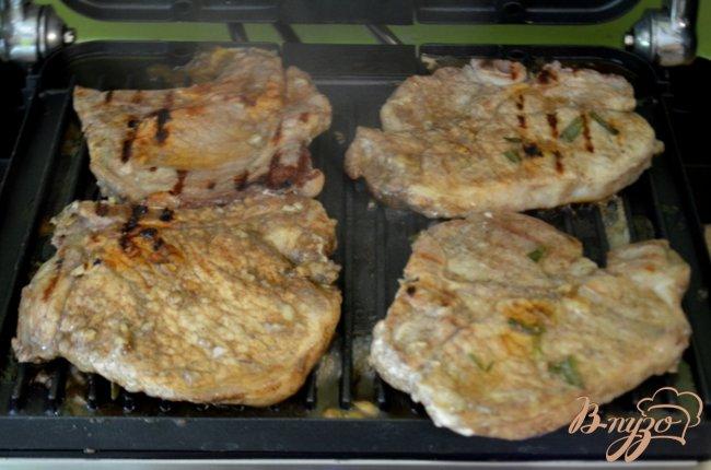 Фото приготовление рецепта: Свиные котлеты маринованные с розмарином шаг №2