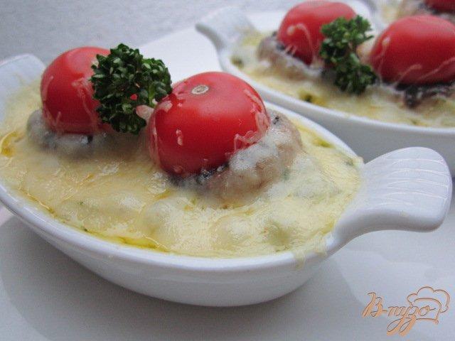 Фото приготовление рецепта: Горячая закуска с шампиньонами и сыром шаг №5