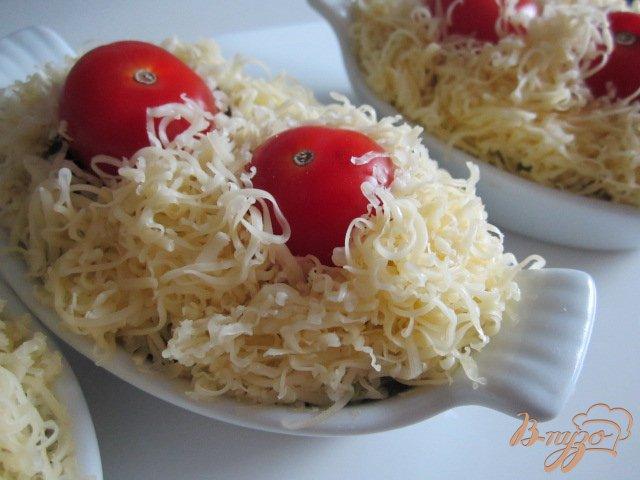 Фото приготовление рецепта: Горячая закуска с шампиньонами и сыром шаг №4