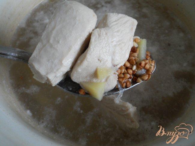 Фото приготовление рецепта: Гречневый суп с куриным филе шаг №1
