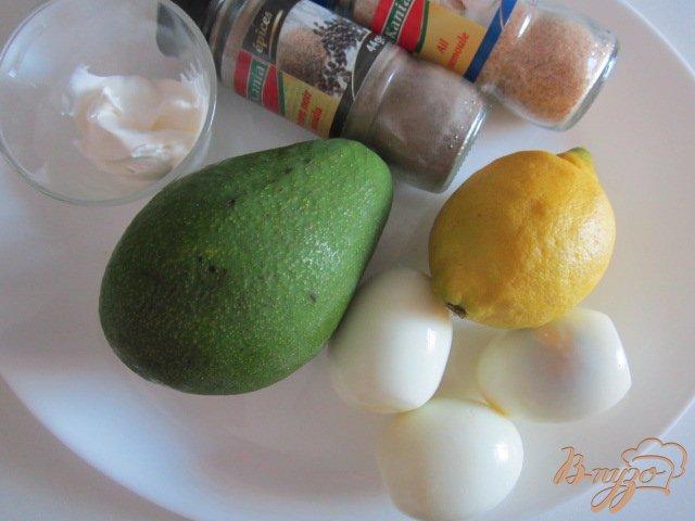 Фото приготовление рецепта: Яйца фаршированные авокадо шаг №1