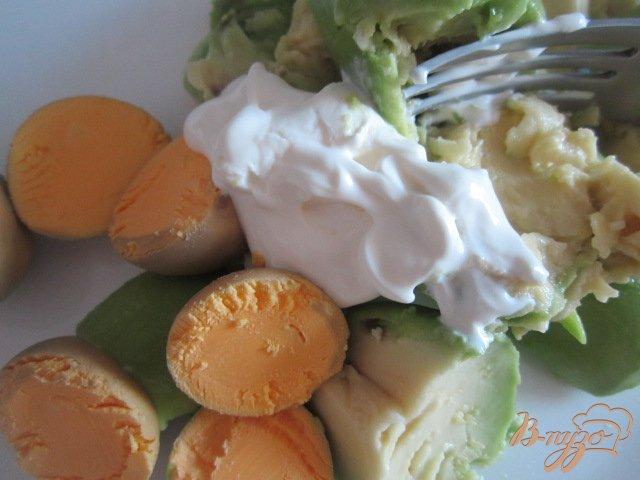 Фото приготовление рецепта: Яйца фаршированные авокадо шаг №2