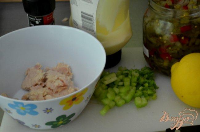 Фото приготовление рецепта: Классический сэндвич с тунцом шаг №2