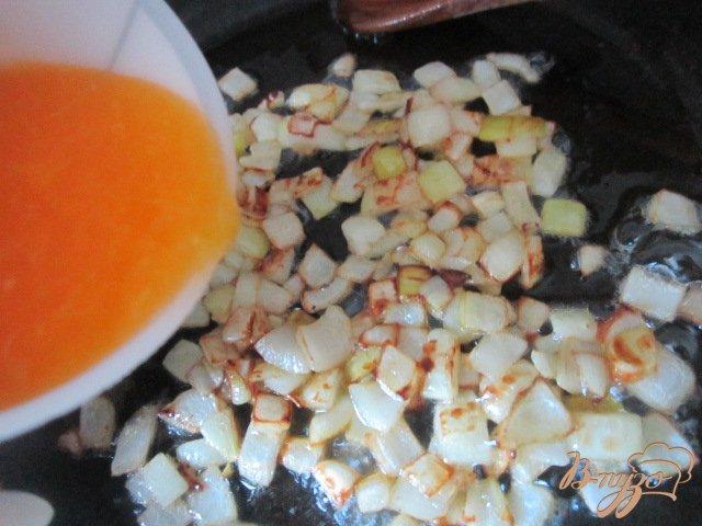 Фото приготовление рецепта: Рыбные улитки со сливочно-апельсиновым соусом шаг №3