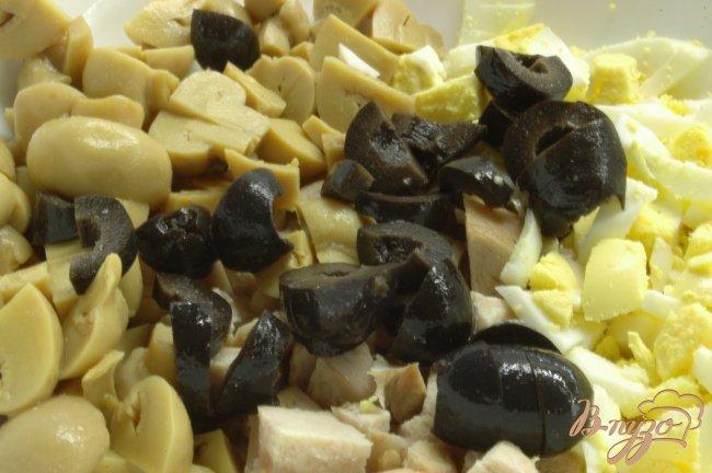 Фото приготовление рецепта: Салат с отварной птицей шаг №3
