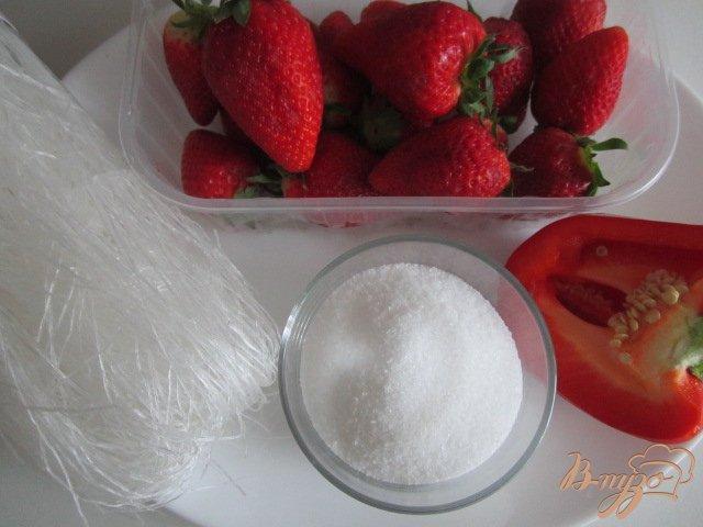 Фото приготовление рецепта: Десертный суп из клубники с воздушной рисовой лапшой шаг №1