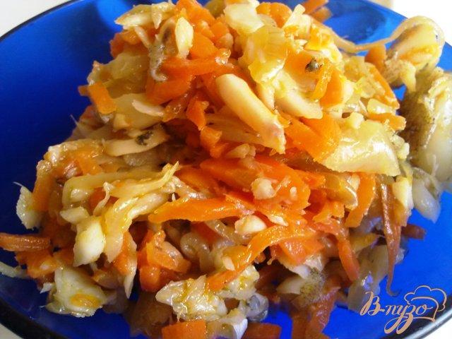Фото приготовление рецепта: Салат из рыбы с овощами шаг №6