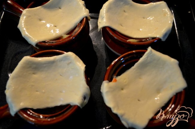 Фото приготовление рецепта: Куриный пирог в горшочках шаг №5