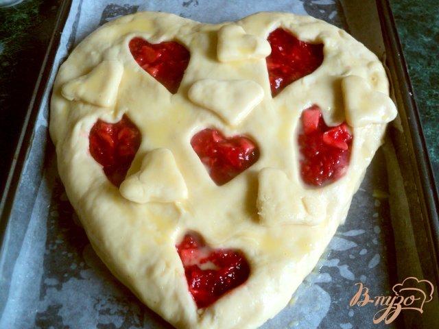 Фото приготовление рецепта: Пирог «Ягодное сердце» шаг №8