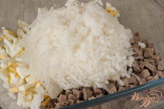 Фото приготовление рецепта: Салат с мясом и редькой шаг №6