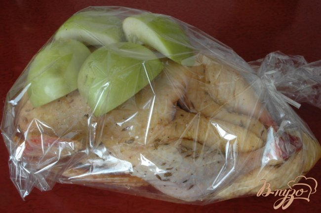 Фото приготовление рецепта: Индоутка с яблоками шаг №3