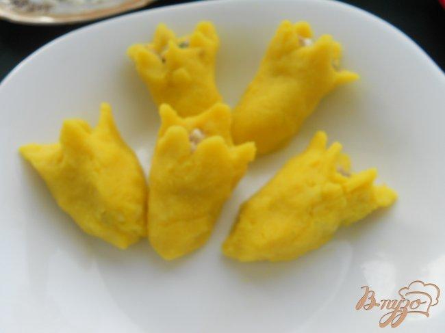 Фото приготовление рецепта: Закуска «Желтые тюльпаны» шаг №5