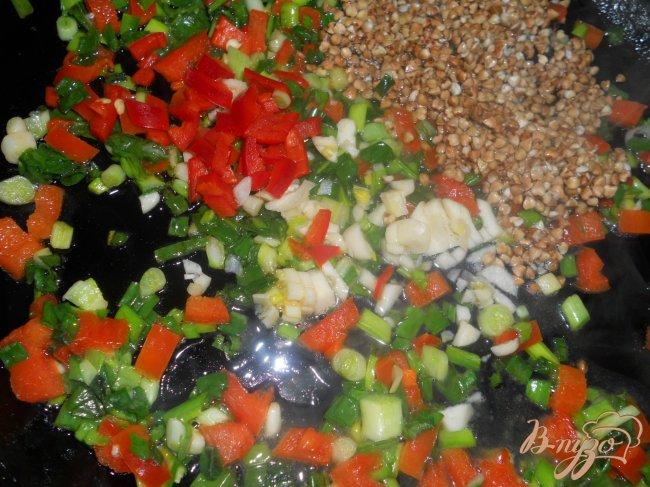 Фото приготовление рецепта: Суп с гречкой и черной фасолью шаг №4