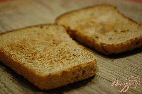 Фото приготовление рецепта: Сельдь на ржаных тостах (со сметаной) шаг №4