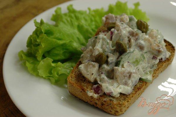 Фото приготовление рецепта: Сельдь на ржаных тостах (со сметаной) шаг №8