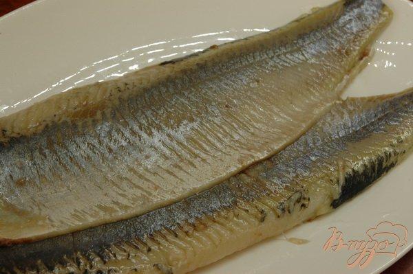 Фото приготовление рецепта: Сельдь на ржаных тостах (со сметаной) шаг №2