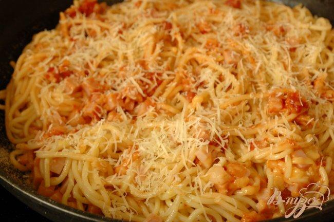 Фото приготовление рецепта: Спагетти, запеченные с ветчиной и томатом шаг №5