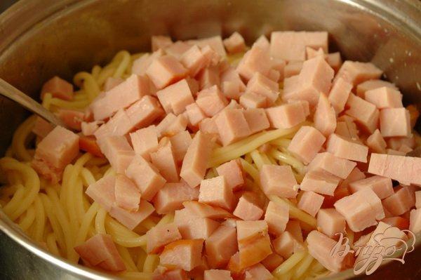 Фото приготовление рецепта: Спагетти, запеченные с ветчиной и томатом шаг №4