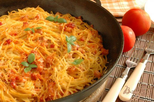 Фото приготовление рецепта: Спагетти, запеченные с ветчиной и томатом шаг №6