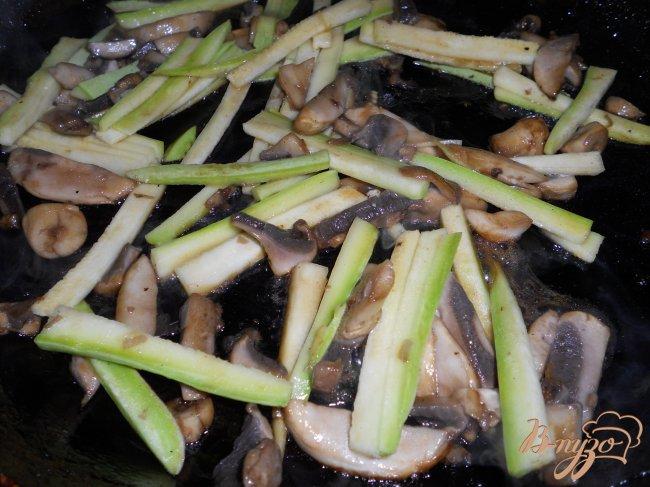 Фото приготовление рецепта: Суп в японском стиле с рисовой лапшой шаг №2
