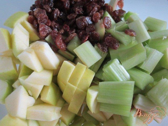 Фото приготовление рецепта: Крамбль с ревенем , яблоком и изюмом шаг №4