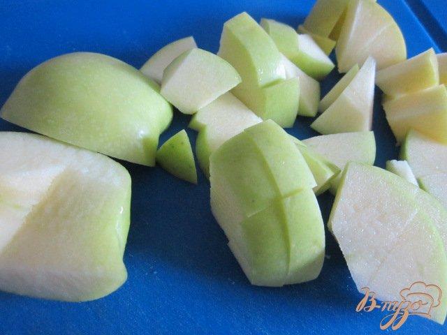 Фото приготовление рецепта: Крамбль с ревенем , яблоком и изюмом шаг №2