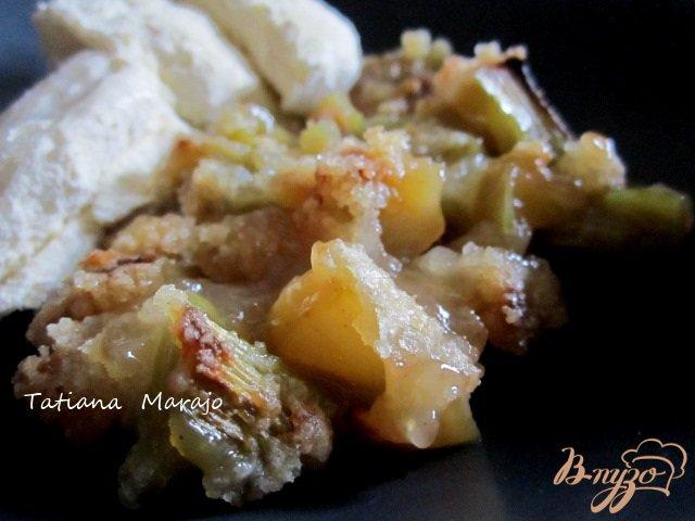 Фото приготовление рецепта: Крамбль с ревенем , яблоком и изюмом шаг №10