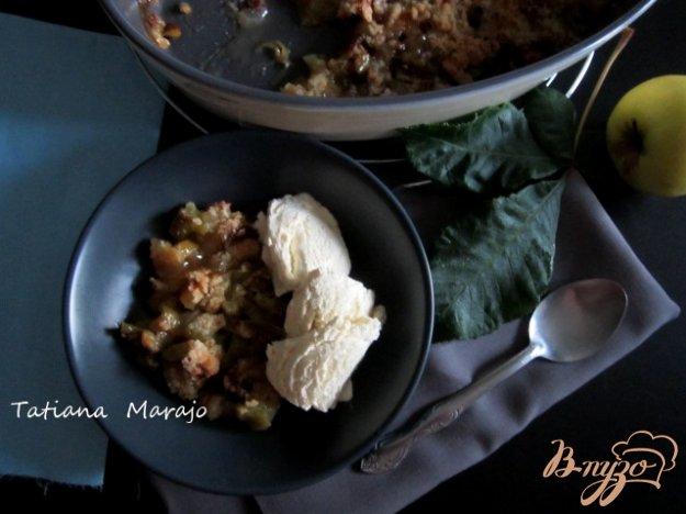 фото рецепта: Крамбль с ревенем , яблоком и изюмом