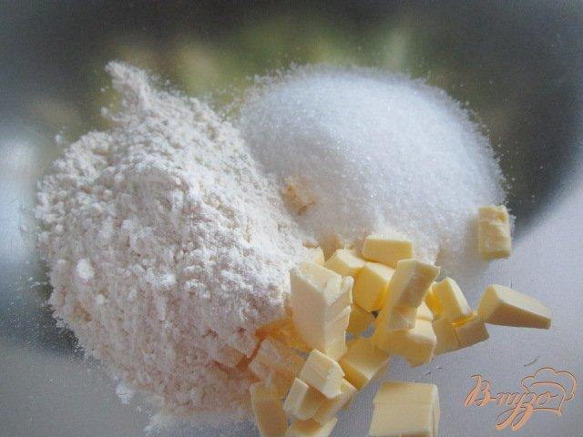 Фото приготовление рецепта: Крамбль с ревенем , яблоком и изюмом шаг №7