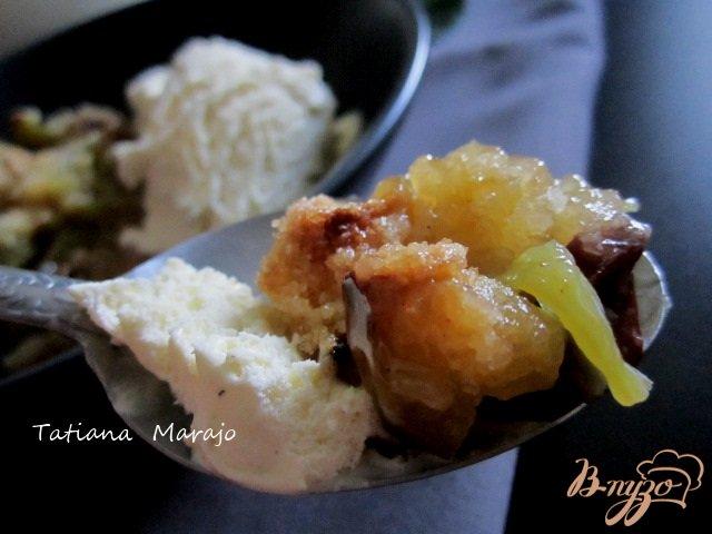 Фото приготовление рецепта: Крамбль с ревенем , яблоком и изюмом шаг №11