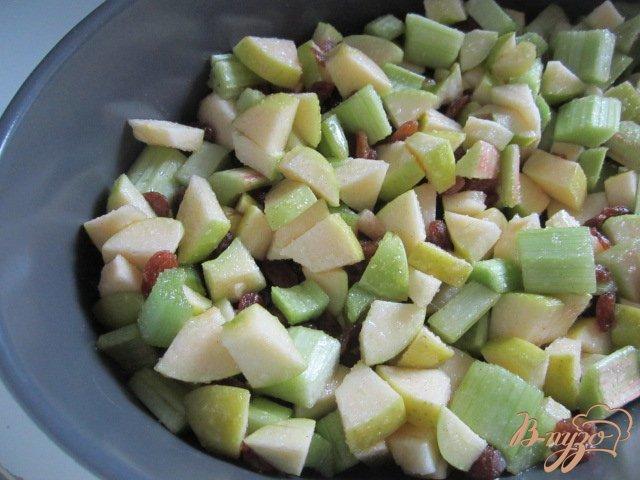 Фото приготовление рецепта: Крамбль с ревенем , яблоком и изюмом шаг №5