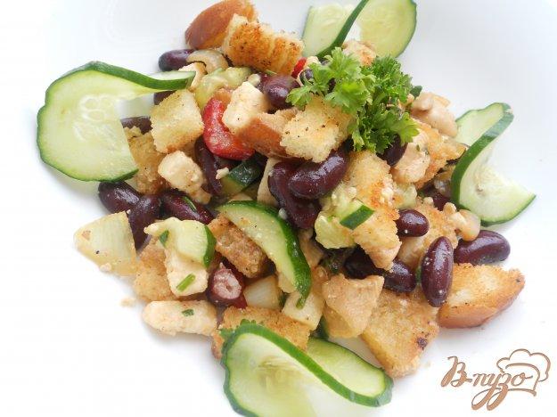 Рецепт Салат с фасолью, курицей и сухариками