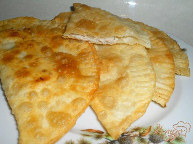Фото приготовление рецепта: Чебуреки с мясом на молоке и сыворотке шаг №6