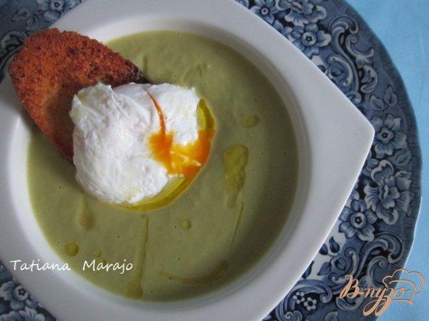 фото рецепта: Спаржевый суп с гренками и яйцом пашот