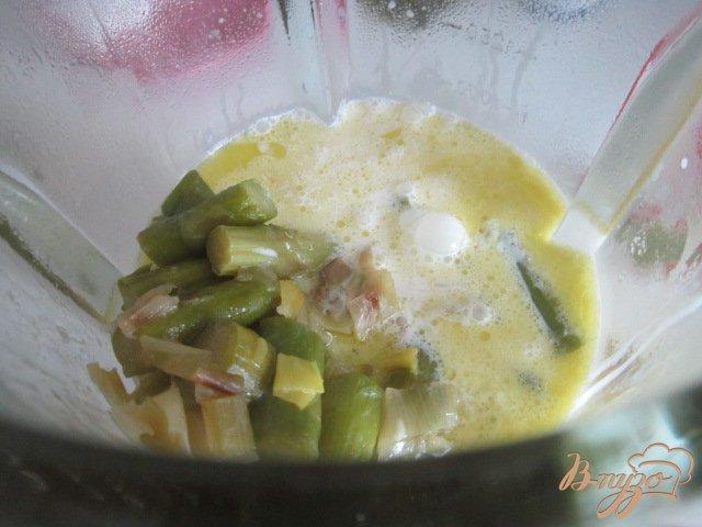 Фото приготовление рецепта: Спаржевый суп с гренками и яйцом пашот шаг №6
