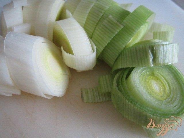 Фото приготовление рецепта: Спаржевый суп с гренками и яйцом пашот шаг №2