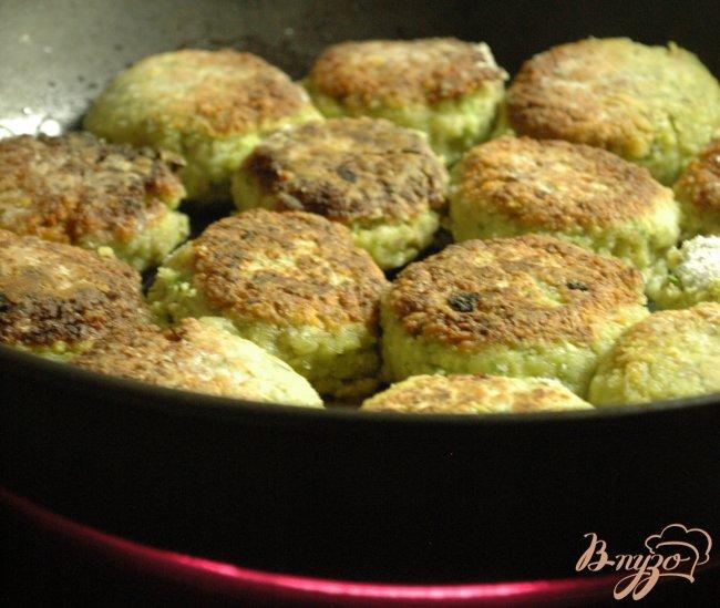 Фото приготовление рецепта: Котлетки из зеленой чечевицы шаг №5