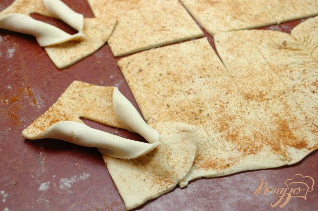Фото приготовление рецепта: Слойки с паприкой и солью шаг №2