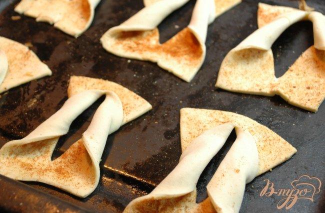 Фото приготовление рецепта: Слойки с паприкой и солью шаг №3