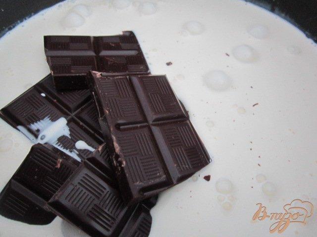 Фото приготовление рецепта: Шоколадная панна котта с малиновым кули шаг №2