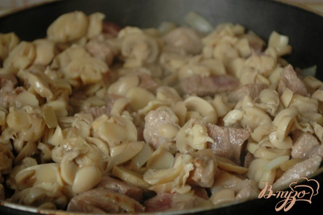 Фото приготовление рецепта: Телятина, тушенная с грибами в пиве шаг №4
