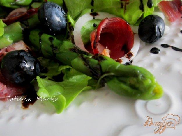 Рецепт Салат с зеленой спаржей, утиной грудкой и черникой