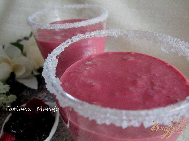Фото приготовление рецепта: Ягодный коктейль с мороженым шаг №5