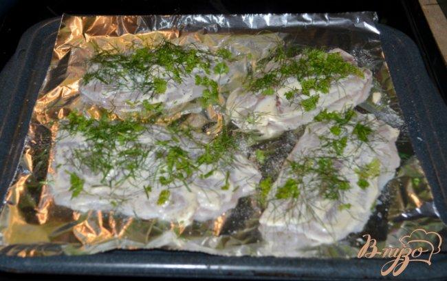Фото приготовление рецепта: Тилапия со свежей зеленью шаг №3