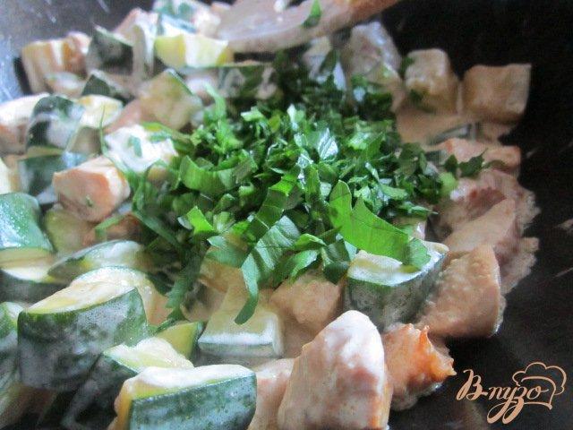 Фото приготовление рецепта: Цукини с куриным мясом тушеные в сметане шаг №5