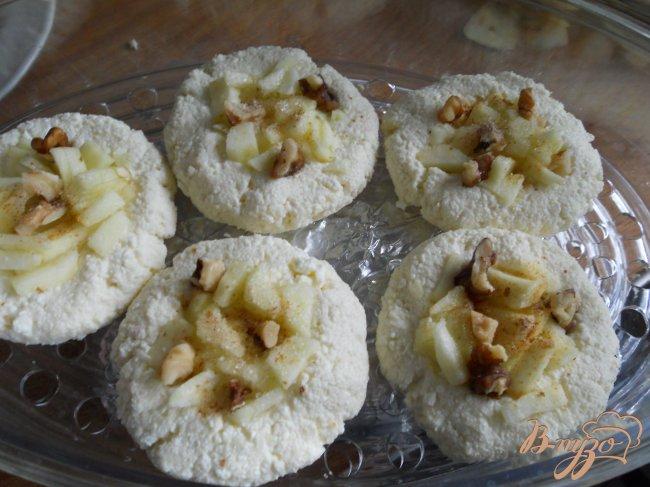 Фото приготовление рецепта: Сырники с яблоками и корицей в пароварке шаг №3