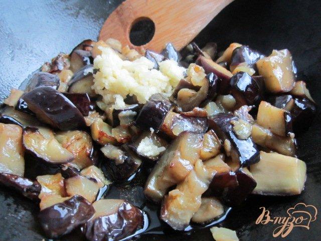 Фото приготовление рецепта: Острый салат с баклажаном и белой фасолью шаг №3