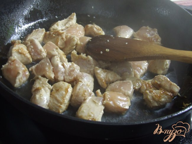 Фото приготовление рецепта: Куриное филе с кунжутом и имбирем шаг №4