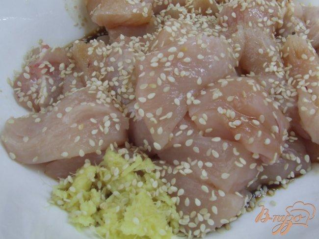 Фото приготовление рецепта: Куриное филе с кунжутом и имбирем шаг №3